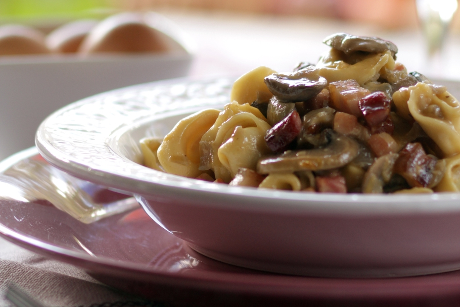 Tortellini with mushrooms, bacon and yogurt cream