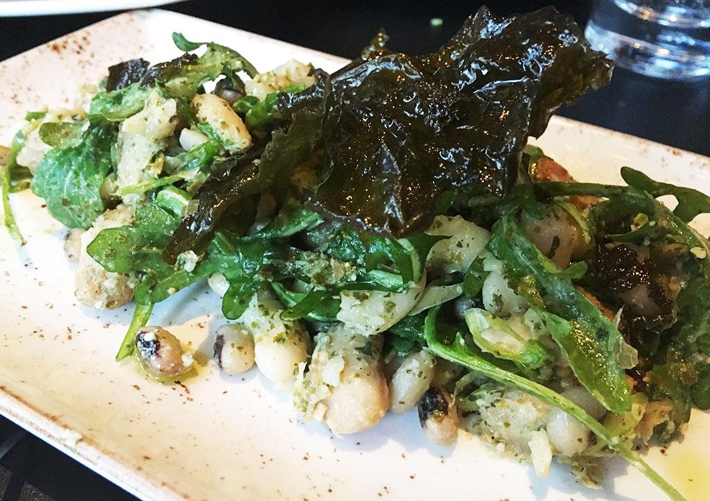 σαλάτα με φασόλια και πέστο από αμπελόφυλλα