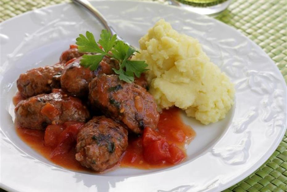 soutzoukakia smyrneika with mashed potatoes
