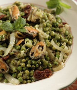 Peas in a Pot with Fennel, Sun-dried Tomatoes and Mussels