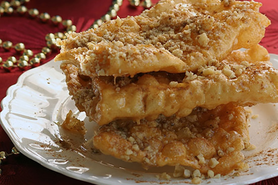 Fried dough strips with honey
